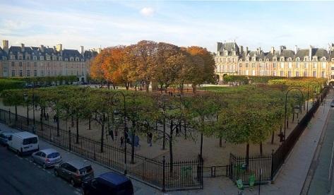 1024px-P1140404_Paris_III-IV_square_Louis_XIII_place_des_Vosges_rwk.JPG