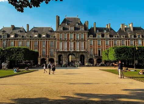 Pavillon_de_la_reine,_Place_des_Vosges,_21_July_2013.jpg